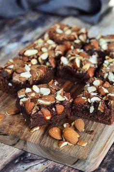 Brownie mandulával - Kifőztük Healthy Salads, Cake Cookies, Almond, Sweets, Food, Hungarian Recipes, Gummi Candy, Candy, Essen