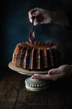 Zebra bundt cake zucca e cacao - Angela De Santis Pumpkin Chiffon Pie, Dessert Presentation, Pumpkin Bundt Cake, Fall Cakes, Cupcake Cakes, Bundt Cakes, Cupcakes, Cake Photography, Best Cake Recipes
