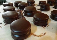 Alfajores de Chocolate.                                                                                                                                                      Más Gourmet Recipes, Sweet Recipes, Snack Recipes, Cake Pops, Donuts, Chilean Recipes, Latin Food, Chocolate Lovers, Cupcake Cookies