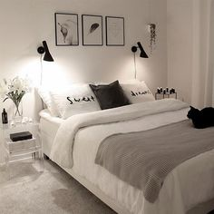 Quarto preto e branco via Via Viteri.johanna Black and white room alone via Via Viteri. White Bedroom Decor, Home Decor Bedroom, Living Room Decor, Design Bedroom, Bedroom Bed, Bedroom Furniture, Girls Bedroom, Bedroom Rustic, Furniture Ideas