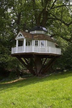 How To Build A Treehouse ? This Tree House Design Ideas For Adult and Kids, Simple and easy. can also be used as a place (to live in), Amazing Tiny treehouse kids, Architecture Modern Luxury treehouse interior cozy Backyard Small treehouse masters Future House, My House, Tree House Designs, In The Tree, 10 Tree, Little Houses, Home Fashion, Play Houses, Dog Houses