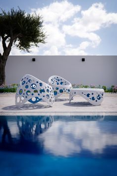 The moss with its soft and colourfull texture that fits smoothly to the forms of nature, has seduced the pencil of the architect Giancarlo Zema, who has created the Moss Collection for Giovannetti a luxury outdoor furniture: seats and low tables in fresh colours and enveloping surfaces. Ideal for decorating the most innovative and trendy outdoor and indoor spaces, is made in eco-plastic of different colours all inspired by nature. #OutdoorFurniture #EcoPlasticDesign #LuxuryFurniture