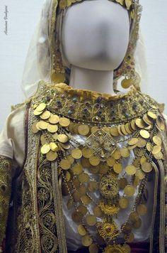Νυφιάτικη φορεσιά Αττικής. (λεπτομέρεια) . Φωτογραφία: Ασημίνα. Βούλγαρη.