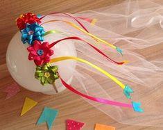 Tiara de noiva caipira com apliques de fitas com bandeirinhas. Serve em criança e adulto. O vel tem 40 cm aproximadamente. Felt Crafts, Diy Crafts, Kids Hair Bows, Kanzashi, Dress Up Costumes, Ribbon Work, Diy For Girls, Handmade Flowers, Fabric Flowers