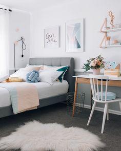 sypialnia nastolatki | żarówka na kablu jako lampka nocna + biurko przy łóżku