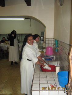 Lavando la loza. Casa central de las Hermanas Dominicas de María. Diocesis de Celaya. Casa del Cortijo. Insurgentes No. 14. Atotonilco, San Miguel de Allende.