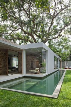 This time We would like to show you a cool and outstanding idea for a Modern Bungalow Design. You can adapt this idea for your tiny house . Design Exterior, Interior And Exterior, Room Interior, Modern Interior, Swimming Pool Designs, Swimming Pools, Lap Pools, Modern Pools, House Built