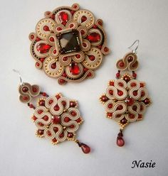 И вместе -комплект. Beaded Brooch, Beaded Earrings, Beaded Jewelry, Brooches Handmade, Handmade Art, Handmade Jewelry, Soutache Pendant, Soutache Necklace, Soutache Tutorial