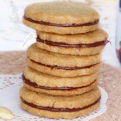 🍪BISCOTTI FARCITI CON FROLLA ALLE MANDORLE🍪, una deliziosa pasta frolla a base di farina di mandorle e dal cuore goloso di crema alle nocciole. Si possono farcire, però, anche con altri tipi di creme e sono semplici da preparare😋. Biscotti, Pasta, Cream, Cookie Recipes, Pasta Recipes, Pasta Dishes