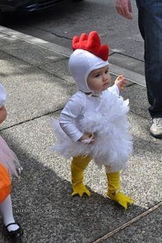 Bebé disfrazado de gallina