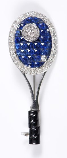 Contemporary white gold (stamped 750) diamond and blue stone brooch in the form of a tennis racquet (measuring 4.3cm in length)