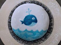 Kuchen mit gezeichnetem Fischmotiv. Bemalter Kuchen mit Lebensmittelfarbe. Schokoladenkuchen mit Blaubeeren. Funny Food, Food Humor, Whale Party, Tableware, Food Coloring, Chocolate Cakes, Pisces, Birth, Crafting