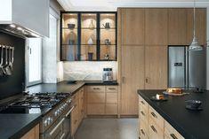 Paryski szyk na Saskiej Kępie - piękne wnętrza modernistycznej willi - Galeria - Dobrzemieszkaj.pl Kitchen Dining, Kitchen Cabinets, Design, Home Decor, Interiors, Kitchens, Home, Kitchen Dining Living, Decoration Home