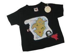 Hier habe ich ein ganz besonderes T-Shirt, mit einer Piraten-Schatzkarte Applikation. Ein muss für kleine Piraten.