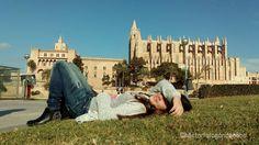Amanda tomando el Sol de invierno. Al fondo de la imagen el Palacio Real de la #Almudaina y la #Catedral de Palma de #Mallorca. #Fotografía por Héctor Falagán De Cabo  #mallorcafoto #palmademallorca #palomas #estaes_Mallorca #estaes_Baleares  #estaes_España #estaes_Espania #estaes_universal #Espana_es_sueno #IgersMallorca #IgersBaleares #igersespaña #Loves_Mallorca #Loves_Baleares #Loves_Balears #Loves_España #MallorcaSensations #MallorcaFeelings #MallorcaIsland #Mallorc2016…