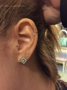 Trending Ear Piercing ideas for women. Ear Piercing Ideas and Piercing Unique Ear. Ear piercings can make you look totally different from the rest. Cartilage Piercing Hoop, Piercing Face, Ear Peircings, Cool Ear Piercings, Double Piercing, Lip Piercings, Kylie Jenner Ear Piercings, Upper Ear Piercing, Tragus Piercing Jewelry
