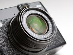 光学4倍マニュアルズームは、35mm判換算28-112mm相当。開放値はF2-2.8と明るい。