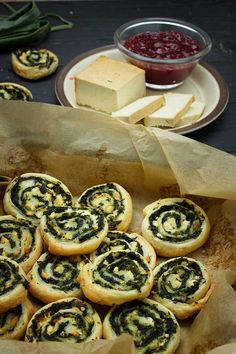 Here's how you can make some delicious vegan spinach pinwheels with Mediterranean flavors! Check out the step by step recipe! Vegan Foods, Vegan Snacks, Vegan Dishes, Vegan Finger Foods, Vegan Appetizers, Appetizer Recipes, Dip Recipes, Cheese Recipes, Easy Recipes