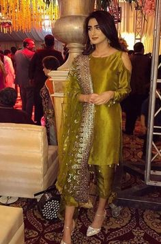 Haute spot for Indian Outfits. Shadi Dresses, Pakistani Formal Dresses, Pakistani Dress Design, Pakistani Couture, Pakistani Fashion Party Wear, Pakistani Wedding Outfits, Indian Outfits, Indian Fashion, Bridal Outfits