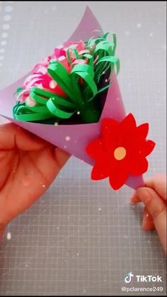 Paper Flowers Craft, Paper Crafts Origami, Paper Crafts For Kids, Flower Crafts, Oragami, Diy Crafts Hacks, Diy Crafts For Gifts, Diy Arts And Crafts, Easy Crafts