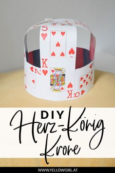 DIY Heart Queen and King of Hearts costume: the DIY crown - Couple Halloween Costumes, Halloween Diy, King Of Hearts Costume, Las Vegas Costumes, Card Costume, Fun Crafts, Arts And Crafts, Diy Crown, Graduation Decorations