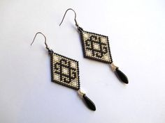 boucles d'oreilles en forme de losange aux motifs croix , noir , blanc et argenté . réalisée par moi-même en prenant soins de la qualité et du détail . ******************* - 19949376