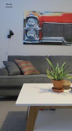 Poikamiehen olohuone, johon toivottiin myös vähän väriä. Olohuone, livingroom, small apartment, pieni vuokra-asunto, harmaa, musta, valkoinen, punainen
