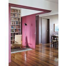 Seguindo o movimento color block, esta sala apostou em cores fortes que, apesar de vibrantes, se complementam e destacam todo o ambiente