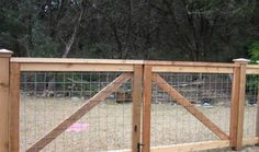 cedar cattle panel fencing with double gates fence Hog Panel Fencing, Cattle Panel Fence, Cattle Gate, Hog Wire Fence, Cattle Panels, Diy Fence, Backyard Fences, Fence Ideas, Fence Panels