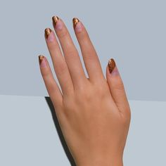 This mani from @paintboxnails can truly capture anyone's attention. Look at that angular negative space and that coppery glitters. #glitternails #negativespace #nailart