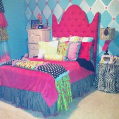 What an awsome bed...it would go perfectly when I redo Emily's room....ahhhhh I LOVE IT