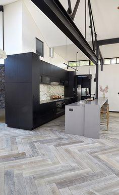 Modern And Sleek Kitchen Interior Idea 81 Open Plan Kitchen, New Kitchen, Kitchen Wood, Kitchen Island, Black Kitchens, Cool Kitchens, Kitchen Black, Herringbone Wood Floor, Wooden Floor Tiles