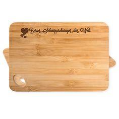 Bambus - Schneidebrett Herz Geschenk Bester Schwippschwager der Welt aus Bambus   Natur - Das Original von Mr. & Mrs. Panda.  Ein wunderschönes Holz-Schneidebrett von Mr.&Mrs. Panda aus wunderschönem Bambusholz. Die Maße des Produktes sind 22 cm x 14 cm. Unten links befindet sich ein formschönes ovales Loch an dem das Brett getragen oder aufgehängt werden kann.    Über unser Motiv Herz Geschenk  Das Motiv Herz Geschenk ist ein besonders liebevolles und klassisches Motiv aus der Kollektion…