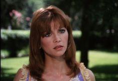 PAMELA BARNES EWING (Victoria Principal)  La femme de Bobby est la soeur de Cliff Barnes.  Elle dirige le rayon mode d'un grand magasin de Dallas.  Elle ne peut pas avoir d'enfant ce qui la plonge dans la dépression nerveuse. Heureusement, l'adoption du petit Christopher lui redonne goût à la vie.  Après un divorce et un remariage avec Bobby, elle disparaît définitivement lorsqu'un grave accident la laisse défigurée.