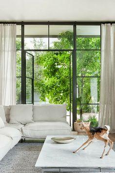 marmorbord, glasvägg, järn, gardiner höga långa