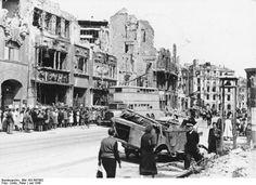 1945-07 Berlin Potsdamer Platz, im Hintergrund durch die Lücke in den Ruinen ist das Columbushaus zu sehen.
