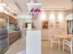 Instagram media by decorandocomclasse - O que é esse apartamento na Praia?!😍😍Lindooo Projeto Ana Furlani @anavirginiafurlani  #cozinha #sucesso #sala #integração #sacada #varanda #espelho #reforma #reformar #reformando #ap #apto #meuap #cozinha #sofa #mesa #look #lookdodia #amo #amei #arquitetura #amor #amando #apaixonada #apaixonado #morar #casar #casando