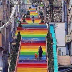 Escadas que se destacam. Esta colorida fica em Istambul antiga Constantinopla maior cidade da Turquia. @OlhardeMahel #escada #escadaria #stairs #Turquia #Turkey #ladder #OlhardeMahel #arquiteturaurbana #urbanarchitecture #colorfull #fpolhares #Istambul #colorido #arquitetura #arteurbana #intervençãourbana #architecture #urbanart #instagram #facebook #pinterest http://ift.tt/2dZTCcK