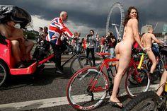 Milhares de pessoas participaram, este sábado, em várias cidades do mundo, na Corrida Mundial de de Ciclistas Nus, num protesto contra a utilização de carros e contra o mercado do petróleo.