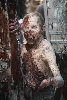 I'll just squeeeeeze through here Zombie. The Walking Dead Walking Dead Show, Walking Dead Season 6, Walking Dead Zombies, Fear The Walking Dead, Walker Zombie, Walker Twd, Zombie Art, Zombie Pics, Zombie Makeup