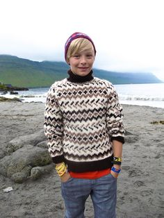 Chances of shedding enough lard to pull this off by October without looking like a frumping fisherwoman? Gotta be worth a go right? Fair Isle Knitting, Hand Knitting, Winter Sweaters, Boys Sweaters, Crochet For Kids, Knit Crochet, Norwegian Knitting, Fair Isle Pattern, Faroe Islands
