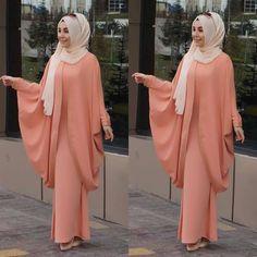 Image may contain: 2 people, people standing Hijab Look, Hijab Style Dress, Muslim Women Fashion, Islamic Fashion, Abaya Designs, Abaya Fashion, Fashion Dresses, Hijab Mode Inspiration, Abaya Mode