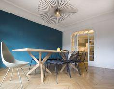Drop Chair, Table jane Rochebobois, suspension Vertigo Petite Friture, mur bleu - Rénovation d'un appartement Art Déco dans un style nordique - Agence Avous - Architecture Intérieure - Paris