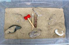 Après avoir fait quelques fouilles archéologiques, Poupette a récemment déniché des fossiles de dinosaures sur la terrasse. Oui, oui! Et elle a adoré cette activité mêlant sciences, découvertes, motricité fine et expérience sensorielle. Avec du sable, de la terre, de la farine, du sel et de l'eau, j'ai préparé une sorte d'argile qui m'a permis de réaliser des fossiles plutôt réalistes, renfermant chacun un dinosaure en plastique. Voici les dosages que j'ai utilisé: Terre: 1 dose + 1/4 dose…