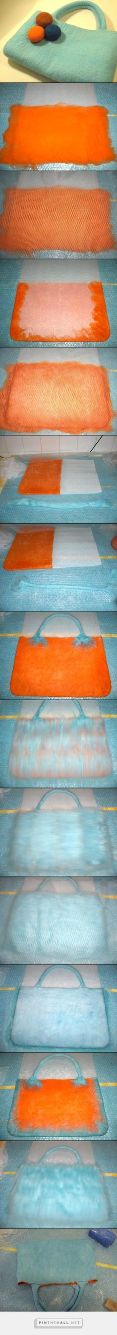 How to wet felt a seamless bag with handles in two colors – workshop by Vanda F. Sousa from Going the Dodo Way. Felt Diy, Handmade Felt, Felt Crafts, Wet Felting Projects, Felting Tutorials, Needle Felted, Nuno Felting, Felt Purse, Felt Bags