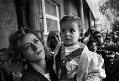 Tom Stoddart - Young mother and child awaiting evacuation from Sarajevo - 1992 Insect Photography, War Photography, Animal Photography, Photography Ideas, James Nachtwey, Morris, Second World, Press Photo, Mother And Child