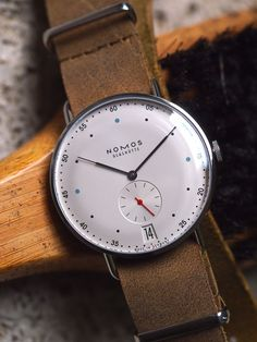 Fratello Watches goes hands-on with the fantastic Nomos Metro 38 Datum.