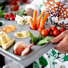 DRÖMMAR Muffinform in Rot gefüllt mit Karotten, Tomaten, Maiskolben, Blumenkohl, Radieschen und Dips.