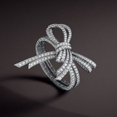Couture and High Fashion have been inspiring Van Cleef & Arpels since the Roaring Twentites. Discover the Noeud bracelet combining craftsmanship and an ideal of elegance, and other scintillating creations in Van Cleef & Arpels' online catalog. #HighJewelry