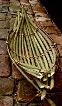 Anne Folehave... Willow Weaving, Basket Weaving, Wire Basket, Paper Basket, Weaving Projects, Craft Projects, Willow Furniture, Green Basket, Nature Crafts